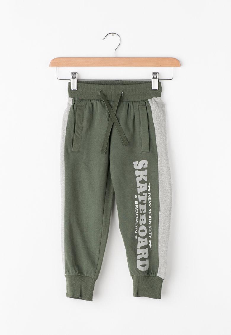Pantaloni sport cu model text de la Zee Lane Kids – PA-I-1792-COTONE-VERDONE-GREY