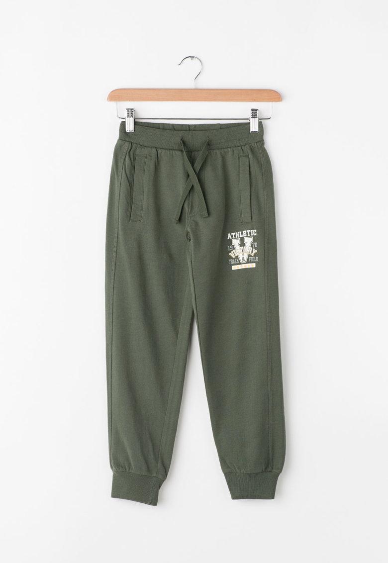 Pantaloni sport cu imprimeu text de la Zee Lane Kids – PA-I-1802-COTONE-VERDONE