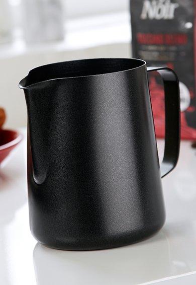 Carafa din otel inoxidabil cu maner pentru lapte de la Steel Function of Scandinavia